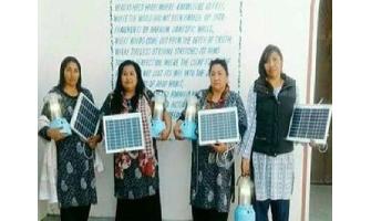 MUJERES SERI CAPACITADAS EN LA INDIA, COLOCAN 46 PANELES SOLARES EN SU COMUNIDAD